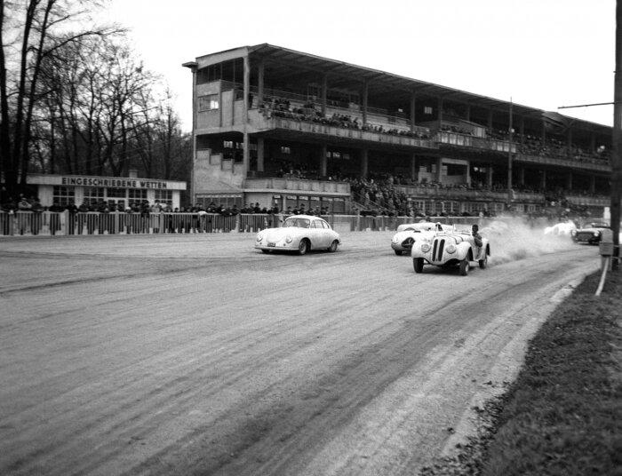 Foto Autorennen Sportwagen der 2000ccm-Klasse nach dem Start auf der Rennbahn Krieau. Blick gegen Tribüne, 1952 Bildachiv Nationalbibliothek